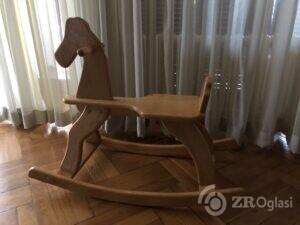 Drveni konjic za ljuljanje